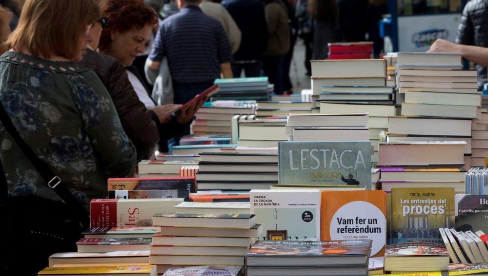 Una parada con libros de contenido político en el centro de Barcelona