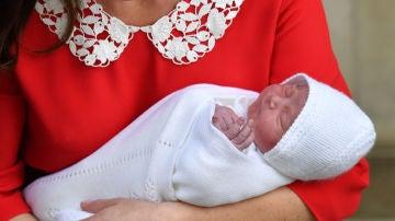 Kate Middleton posa junto a su tercer hijo