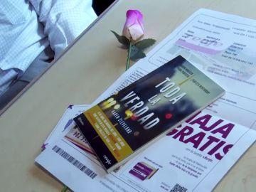 Lectura y una rosa para los pasajeros del ave Madrid-Barcelona