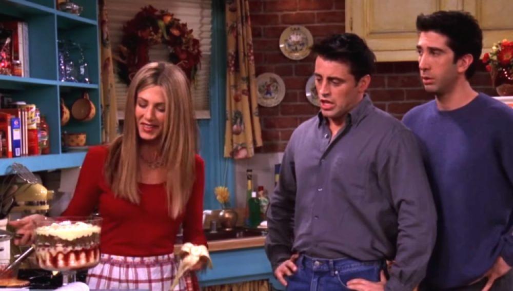 Rachel muestra su trifle a Joey y Ross en 'Friends'