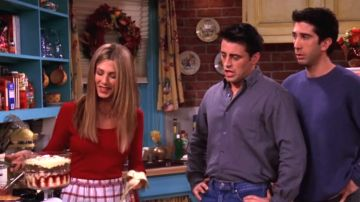 Rachel muestra su trifle a Joey y Ross en 'Friends'