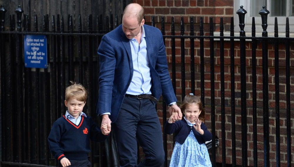 Los príncipes George y Charlotte junto a su padre