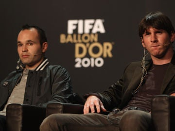 Iniesta y Messi, durante la conferencia de prensa del Balón de Oro en 2010