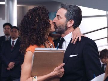 """Lydimar besa apasionadamente a Efe ante Montse: """"Yo se retener a mi hombre"""""""