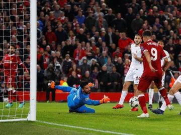 Firmino empuja el balón de Salah para marcar en Anfield
