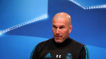 Zidane, entrando en la sala de prensa