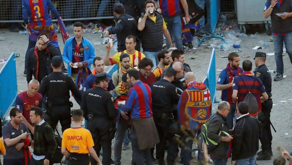 Aficionados del Barcelona, a las afueras del Metropolitano antes de la final de Copa