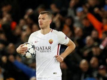 Dzeko, tras marcar su gol contra el Liverpool