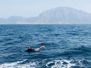 Un inmigrante a la deriva en aguas del Estrecho