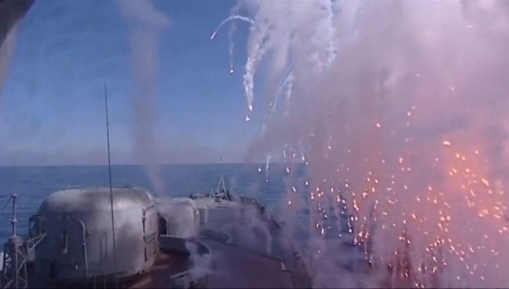 Barcos de la flota rusa del Pacífico realizan maniobras de tiro en el Mar de Japón