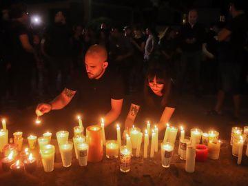 Compañeros de los estudiantes desaparecidos en Jalisco colocan velas
