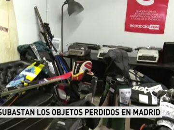 El Ayuntamiento de Madrid subasta miles de artículos sin dueño que han aparecido en la ciudad