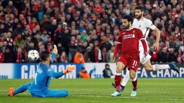 Salah pica el balón para marcar con el Liverpool
