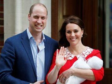 El príncipe Guillermo y Kate Middleton, con su tercer hijo