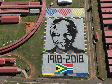 Vista de un retrato hecho con mantas de crochet de Nelson Mandela