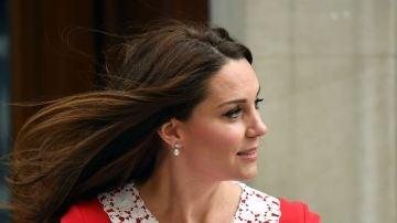 Kate Middleton a la salida del hospital con su hijo en brazos