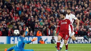 Mohamed Salah hace su segundo gol ante Alisson