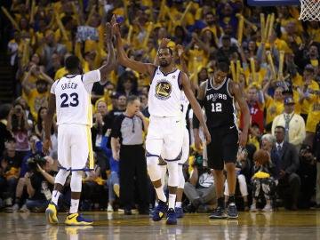 Kevin Durant y Green celebran un canasta ante los Spurs
