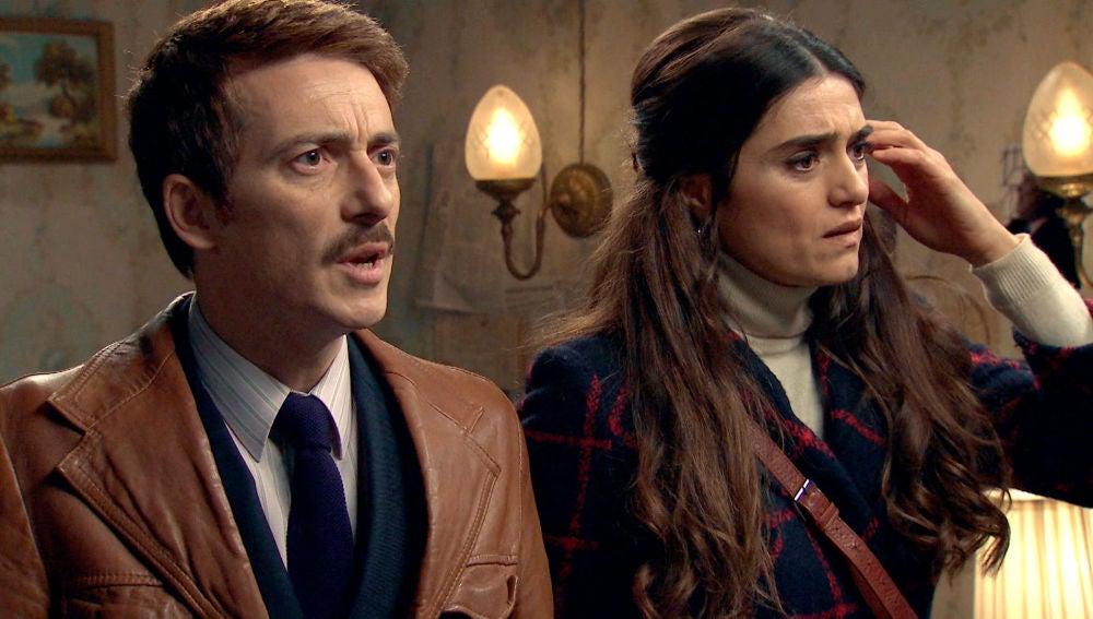 Durán y Vicky, a punto de ser descubiertos por Ortega en la habitación secreta