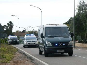 Un furgón policial traslada a Ana Julia Quezada