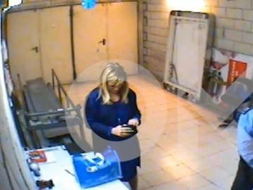 Imagen de Cifuentes tras ser sorprendida intentando robar en un supermercado