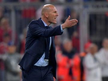 Zidane protesta una acción desde la banda