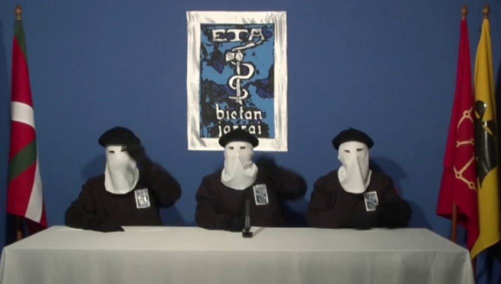 ETA entrega dos cajas con armas a las autoridades francesas en Bayona