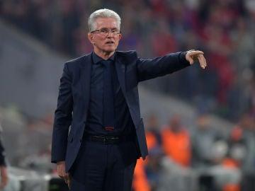 Heynckes da instrucciones a los jugadores del Bayern