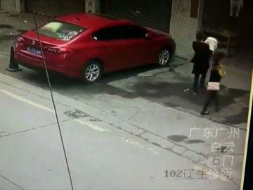 Una niña recibe un golpe  al caerle un perro en la cabeza