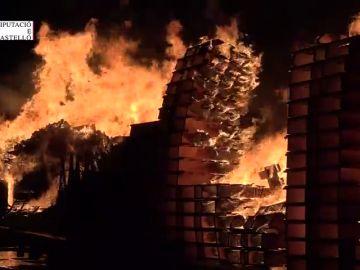 Aparatoso incendio en una serrería de Almassora, en Castellón
