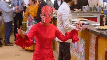 Spiderman se cuela en la Feria de Abril de 'Allí Abajo'