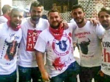 Los miembros de 'La Manada' posan en San Fermín