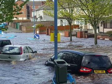 La rotura de una conducción subterránea de agua provoca inundaciones en un barrio residencial de Inglaterra