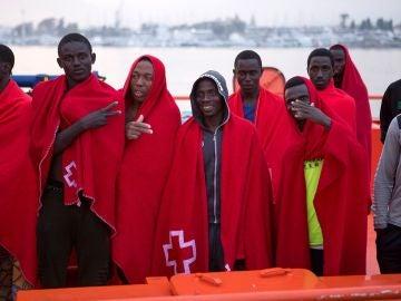 Llegan al puerto de Motril un grupo de inmigrantes rescatados por Salvamento Marítimo mientras navegaban en una patera en las cercanías de la isla de Alborán.