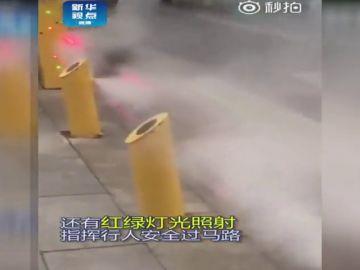 Un paso de peatones castiga a los ciudadanos infractores en China