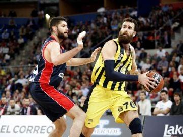 Luigi Datome intenta pasar el balón ante la defensa de Garino