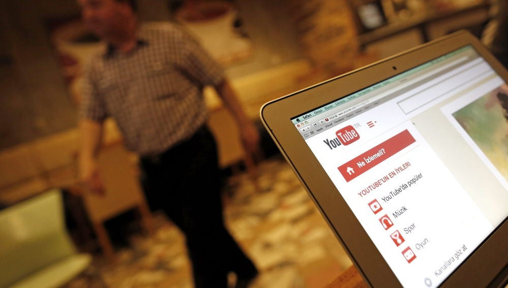 Pantalla de un ordenador con la web de YouTube.