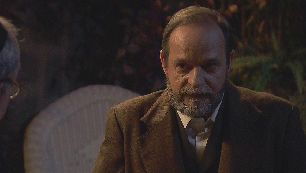 Raimundo, preocupado por la extraña actitud de Francisca