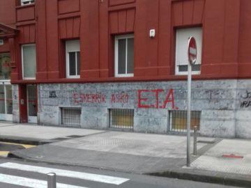 Una de las pintadas de agradecimiento a ETA