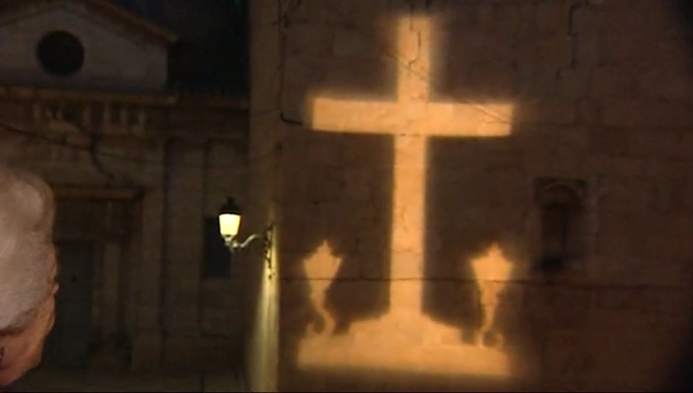 La cruz de Callosa de Segura vuelve a brillar sobre la fachada de la iglesia