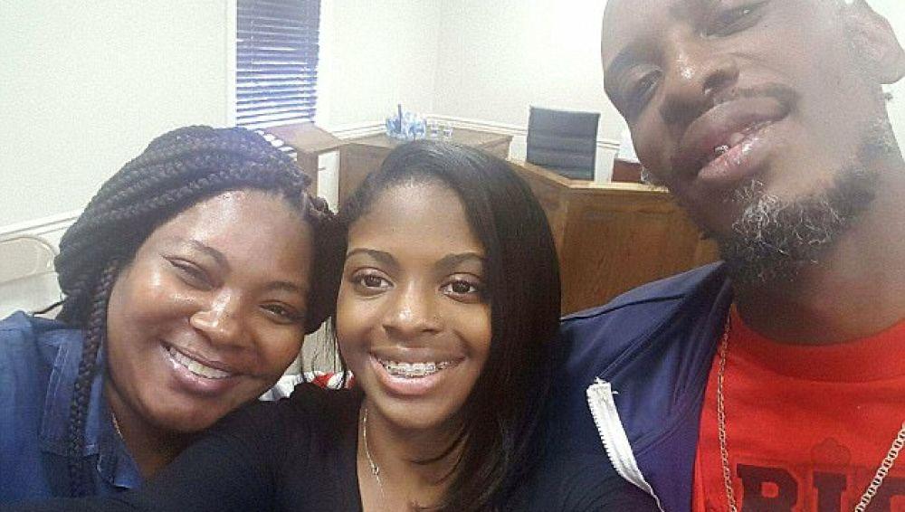 La joven junto a sus padres biológicos