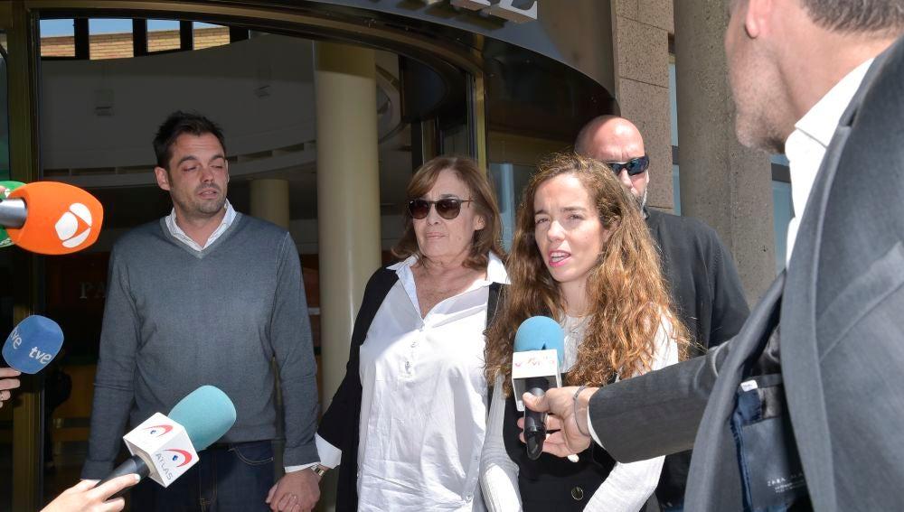 La viudad de José María Iñigo y sus hijos en la capilla ardiente del periodista