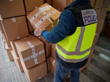Un agente en un operativo contra las falsificaciones y el blanqueo de capitales