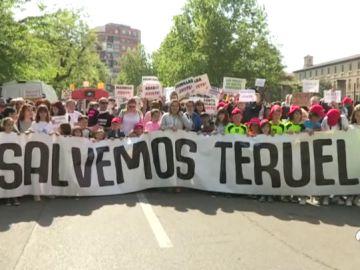Miles de personas reclaman inversiones y medidas contra la despoblación bajo el lema 'Salvemos Teruel'
