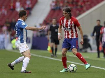 Filipe Luis encara en el partido contra el Espanyol