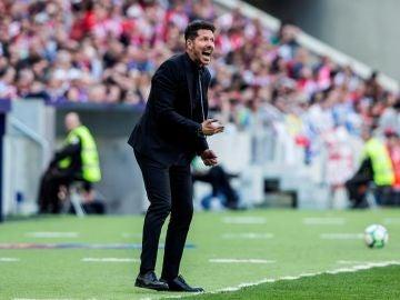 Simeone da indicaciones en la banda contra el Espanyol