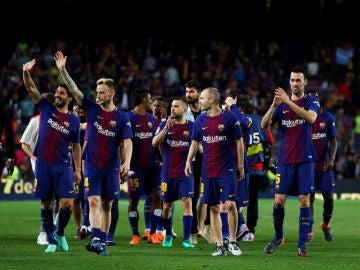 Los jugadores del Barcelona celebran la Liga y la Copa en el Camp Nou