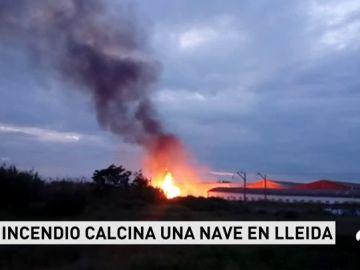 Un incendio en el polígono industrial Segre de Lleida afecta a tres naves industriales