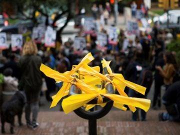Lazos amarillos colocados en mobiliario urbano de Barcelona