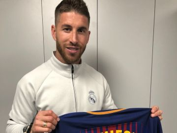 La foto de Sergio Ramos con la camiseta de Iniesta